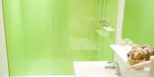 De groene wandpanelen zorgen voor een rustgevend effect